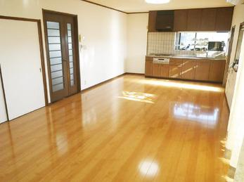 床もきれいになり、部屋の中も明るくなりました。床も頑丈にしてもらって安心して生活できます。また、色々と相談させてください。